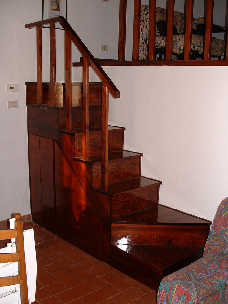 Realizzazione di piccola scala in legno, con annesso vano sottostante, su progetto del cliente