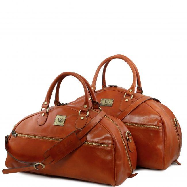 De buitenkant van de tas is van op Toscaanse wijze - dus op traditionele wijze - gelooid leer.De reisset bestaat uit:    TL Voyager - Travel leather bag- Small size    TL Voyager - Leather travel bag - Large size -