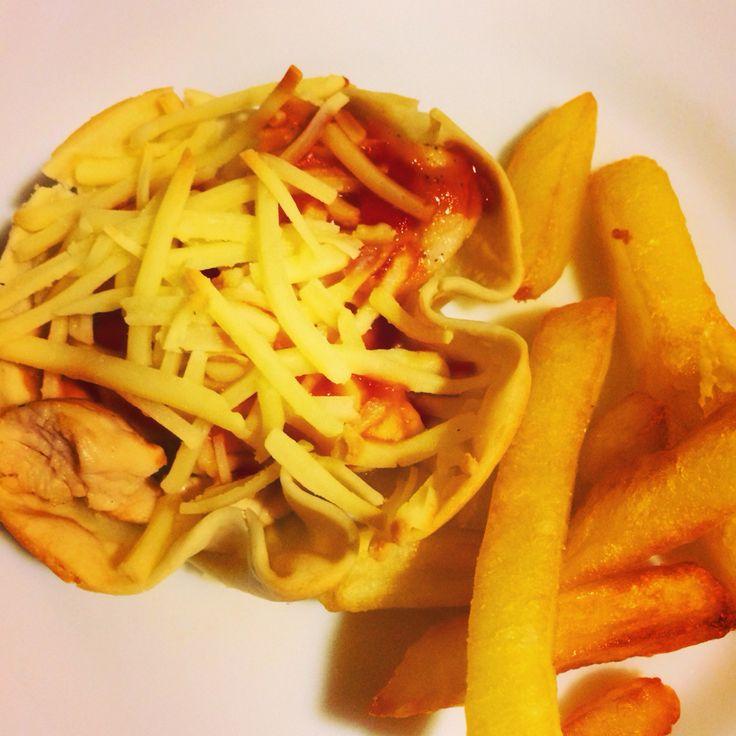 Cestitas de pollo y queso. Comida creativa.
