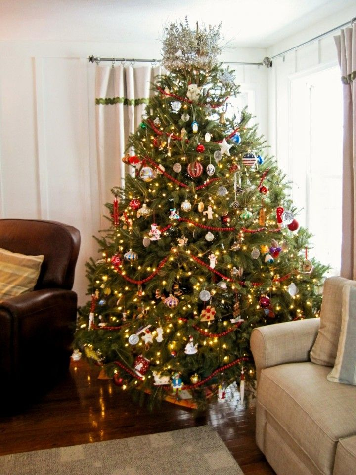 15 Creative Christmas Tree Decorating Ideas   Amazing Christmas Tree With  Chic Garnish Ornament And Small Lamp Around
