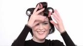Heb je ook altijd last van dat je haar futloos langs je hoofd valt? Met deze instructie kun je extra volume creëren in halflang haar.
