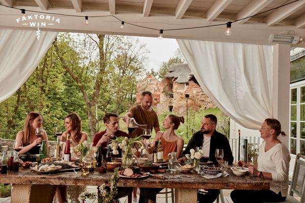 Wieczerza w Polnej-Zdrój z widokiem na ogród. #faktoriawin #friends #polnazdroj #food #wine #gardenparty #gardendinner #redwine #wino #czerwonewino #zprzyjaciolmi #bialewino