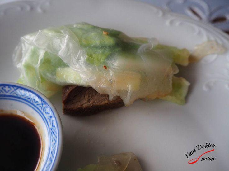 Kaczka, sałata, ogórek zawijane w papier ryżowy