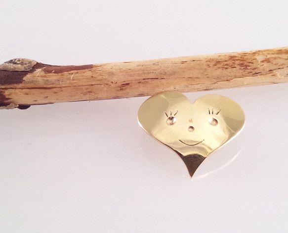 ブレイブハートシリーズ第3弾。真鍮を鏡面磨き仕上げしたブローチです。ペンダントトップとしてお創りさせて頂く事も可能です。(その場合、ブローチとしての機能は失い...|ハンドメイド、手作り、手仕事品の通販・販売・購入ならCreema。