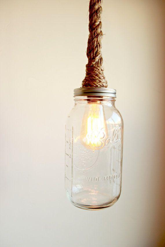 Ciondolo di corda w / illuminazione di Mason Jar-ciondolo di vetro di grandi dimensioni  Una mano avvolto a sospensione a luce in corda di manila per le lampade a sospensione, swag luci, lampadari o applique da parete  Ogni luce è incartato a mano in una spessa corda di manila e impostare con una delle seguenti opzioni  #1. Presa luce solo #2. Bottiglia di vetro trasparente barattolo di vetro  Per favore fatemi sapere se avete domande o bisogno di inserire un personalizzato ordinare :)
