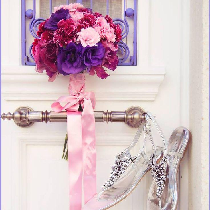 Gelinin tarzına ve düğünün konseptine göre özel gelin çiçekleri hazırlanabilir. #wedding #weddingbouquet  #bouquet #gelincicegi #gelin #gelinbuketi #pink #purple #pembe #mor #karanfil #foca #weddingphotos #weddingphotoideas #weddingshoes #ninewest