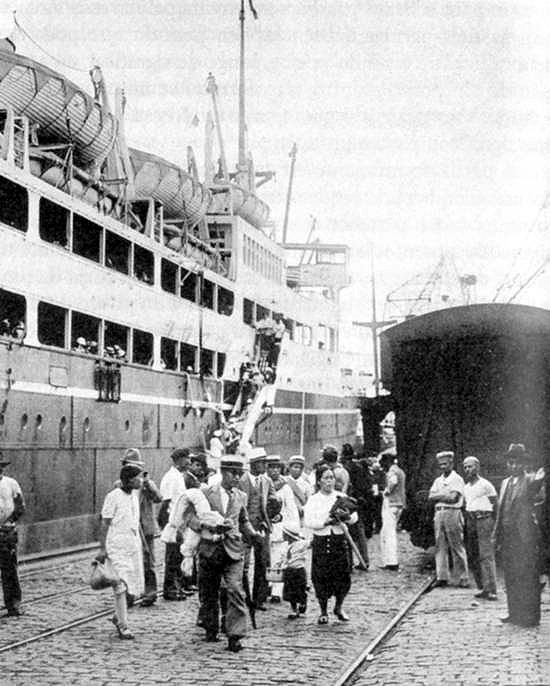 The Kasato Maru brings to the US the first group of Japanese immigrants, in 1908/ Wikipedia
