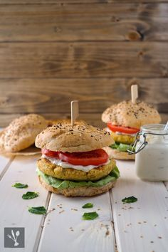 Kichererbsen-Burger mit Joghurt-Tahini-Sauce