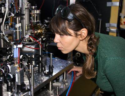 Der Quantenphysikerin Francesca Ferlaino von der Universität Innsbruck wurde eine Alexander von Humboldt-Professur zuerkannt. Das ist mit fünf Millionen Euro der höchstdotierte deutsche Forschungspreis. Deutschland will mit den Humboldt-Professuren international erfolgreiche Spitzenforscherinnen und -forscher an seine Universitäten holen.