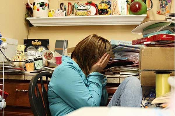 Беспорядок в доме притягивает неприятности  Беспорядок в доме — будь то творческий порыв одного из домочадцев, банальная лень или нехватка времени — свидетельствует об определенных проблемах, царящих в семье. Замусоренный коридор, переполненные антресоли или вечно грязная кухня приманивают невезение в самых разных сферах жизни, утверждают био-энерго-терапевты и специалисты по фэн-шуй.  Психологи с ними согласны — «медвежьи углы» ничего хорошего домочадцам не сулят.  Кухня  Кухня всегда…