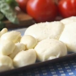 Mozzarella Ingrediënten Opbrengst : 350 tot 450 gr kaas      1 1/2 theelepel citroenzuur     120 ml koud water     1/4 theelepel vloeibaar stremsel     60 ml koud water     3,75 liter volle melk