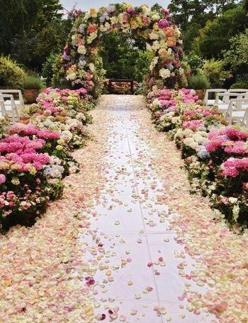 花びらを散りばめたロマンチックなバージンロード。