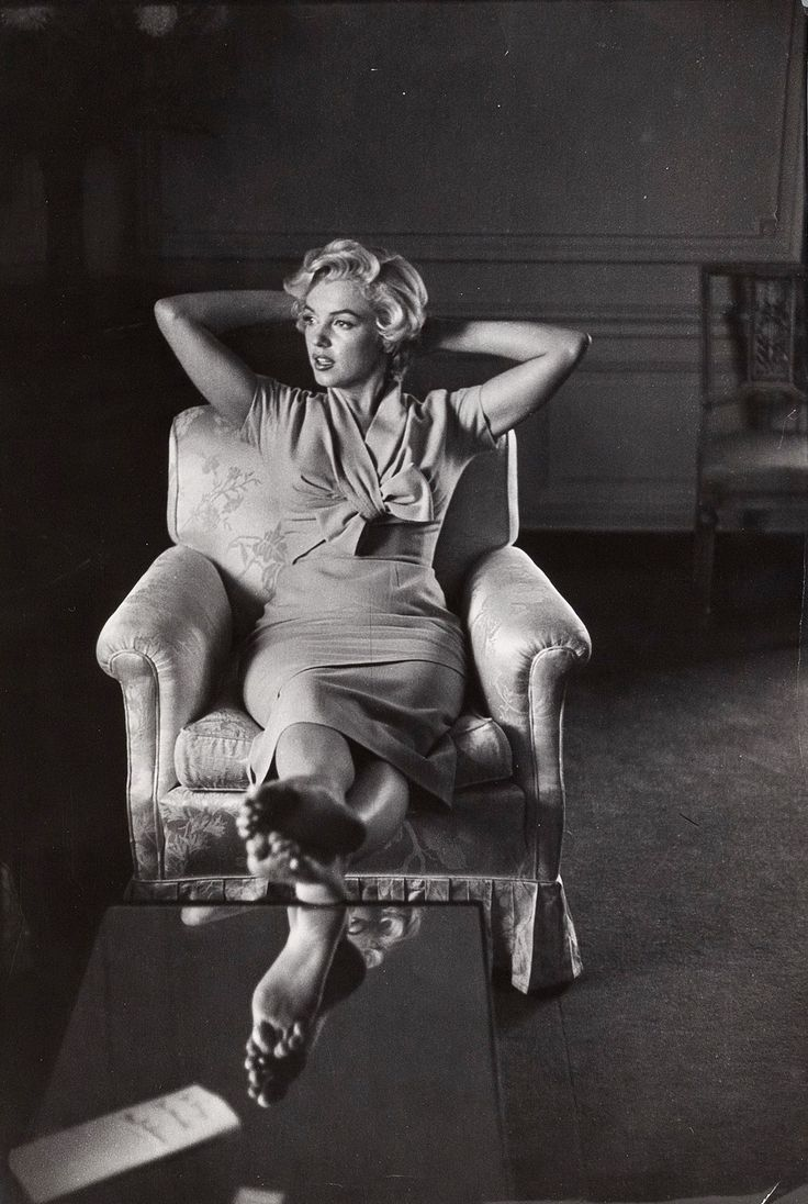 Marilyn in her suite at the St Regis Hotel in New York, September 1954. Photo by Sam Shaw.