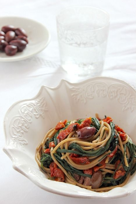giroVegando in cucina: Spaghetti con agretti, olive e pomodori secchi