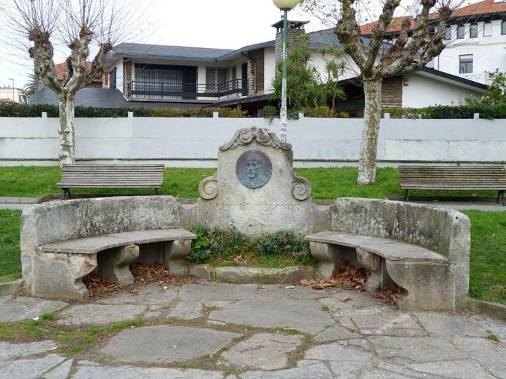 HOMENAJE A DARÍO DE REGOYOS. Inaugurado en septiembre de 1926, en el barrio de Neguri, en la plaza que actualmente lleva su nombre. El diseño del banco es obra del arquitecto Manuel Mª Smith (1879-1956). El medallón, con el rostro del artista, es de Higinio Basterra (1876-1957). Darío de Regoyos (1857-1913), en su madurez, visitó y pintó los paisajes de Getxo, entre otras localidades de Bizkaia y Gipuzkoa.
