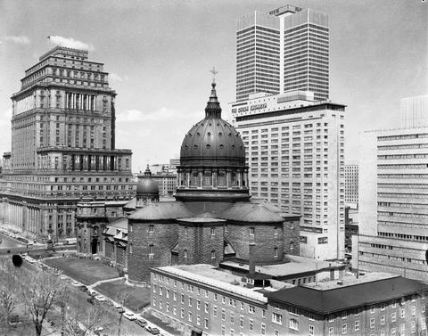 Le reportage photographique présente un panorama des édifices à l'ouest du square Dominion (devenu square Dorchester). On peut notamment y voir la cathédrale Marie- Reine-du-Monde, l'édifice Sun Life, l'hôtel Reine Elizabeth et la Place Ville Marie.1965