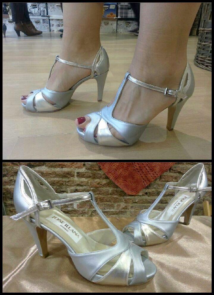 Preciosas sandalias elegidas por una novia para ese día tan especial para ella, es una sandalia hecha en plata mate combinada con plata brillante. Muchas novias se animan a romper con lo tradicional y se hacen sus zapatos en color.