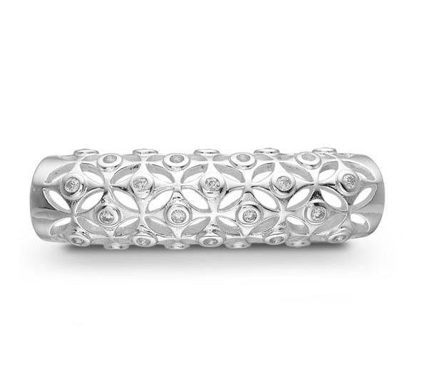 Cylinderformet STORY charm i sølv. Den har en rigtig flot og kreativt design, hvor cylinderen består af en masse ruder, med zirkonia sten i midten. Et eksklusivt charm der passer til alle armbånd fra STORY serien!