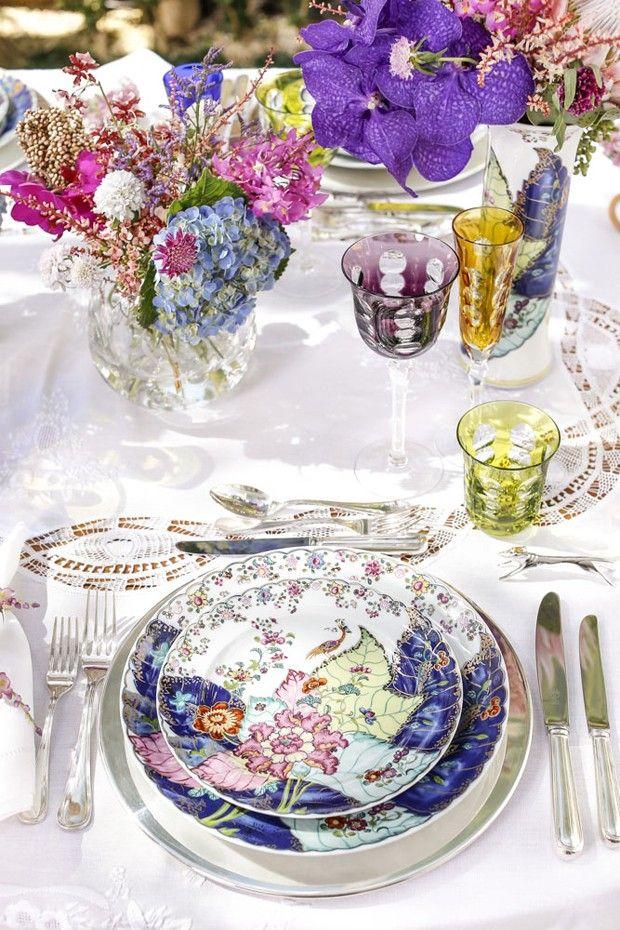 Aprenda a montar uma linda mesa com louças floridas