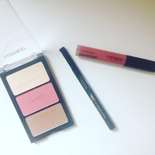 """Qualche nuovo acquisto @catrice.cosmetics 💸 🙋 sculpting palette 01 pale perfectionist dell'edizione limitata """"contourious"""" 👁 glam & doll eyeliner nero in penna 💄infinite shine lucidalabbra 210 lost in the rose-woods ricevuto in omaggio grazie ad una promozione di @maquillalia_ita ✌🏼️ #catrice #makeup #shopping #maquillalia #contouring #lipgloss #eyeliner #instabeauty #lowcost #haul #picoftheday #instamood"""