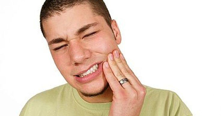 Como curar uma inflamação dentária. Um abscesso dentário é uma infecção que ocorre geralmente entre a raiz do dente e a gengiva e pode acontecer gradualmente ou de repente. Os principais sintomas são: dor localizada na boca, febre, inchaço, sensação de gosto ruim e inchaço das glândulas do pescoço (cervicais). De modo geral, um dentista é o profissional de saúde mais adequado para ...