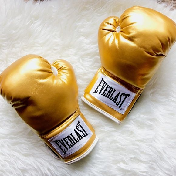 Premium Everlast Gold Gloves Worn once. Absolutely no flaws. Small/Medium…