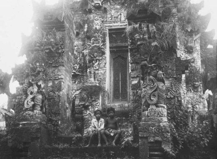File:COLLECTIE TROPENMUSEUM Het tempelcomplex Pura Meduwe Karang in Kubutambahan op Bali TMnr 60018373.jpg