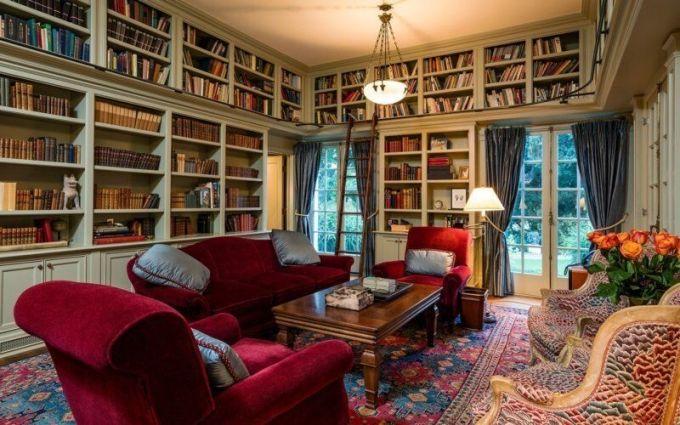V domě nechybí ani obrovská knihovna