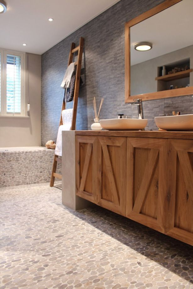 Badkamer: prachtige combinatie van hout en steensoorten.