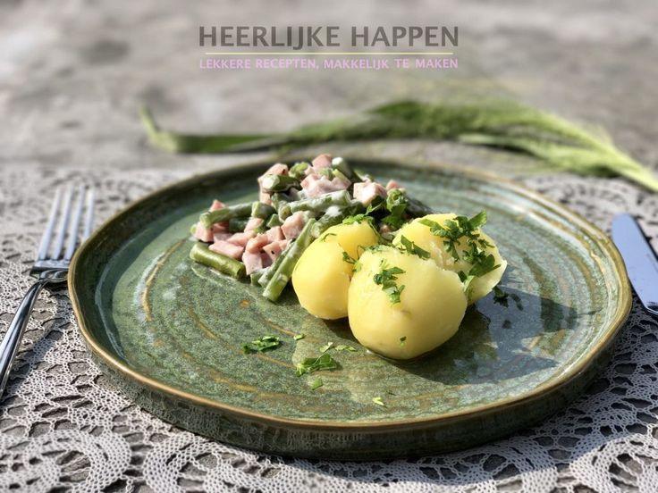Boontjes in zure room met ham Boontjes in zure room met ham is een recept met een historisch randje want ik at het vroeger redelijk vaak. Mijn moeder maakte regelmatig boontjes in zure room met ham en wanneer ik mijn verjaardagsmaaltje mocht kiezen dan stond deze hoog op de lijst! Ik denk dat de... #Aardappel, #GeklaardeBoter, #Ham, #Peterselie, #Sperziebonen