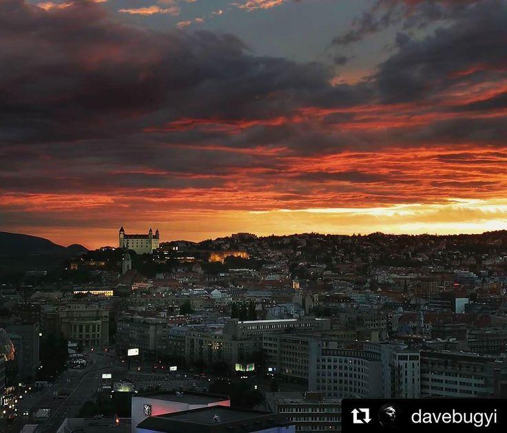 Romantika v hlavnom meste  krásny západ slnka od  @davebugyi  City on fire (3min later) #napana #dajtonapana  #romantic #romance #sunset #sunsets #sunset_pics #sunsetporn #sun #evening #cityscape #city #citylife #citybestpics #citylights #castle #hrad #bratislavacastle #bratislavskyhrad #clouds #nightlife #night #nightout #relax #goodideaslovakia @slovakia.travel @bratislavaregiontourism @visitbratislava @bratislavastory @instabratislava @moja.bratislava @beautifulbratislava @pripijam