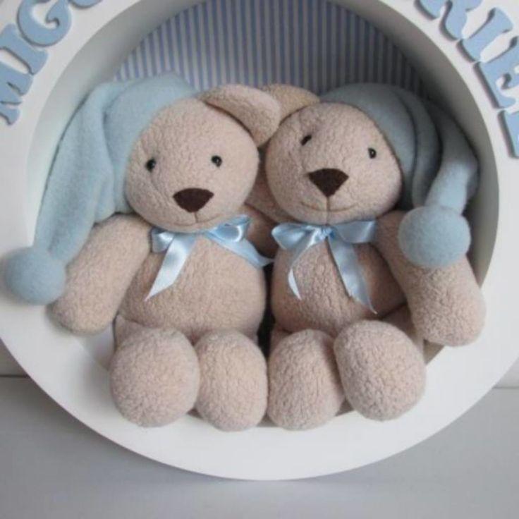 Nicho Redondo.  Ursinhos de Pelúcia Artesanal, fundo de tecido, segue com os nomes dos bebês.  Produto feito sob encomenda, 30 dias  medida 30 cm diâmetro
