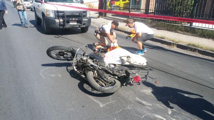 Un fatal accidente cobro la vida de un joven motociclista de 30 años de edad en un hecho ocurrido en el cruce del periférico Lombardo Toledano y calle