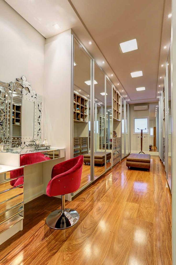 Decor Salteado - Blog de Decoração e Arquitetura : Closet espelhado e bancada de maquiagem com pia maravilhosos!