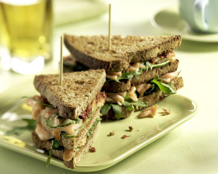 Clubsandwich warmgerookte zalm http://www.brood.net/recepten/vis/clubsandwich-met-warmgerookte-zalm