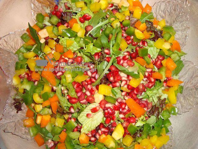 Εύκολή και γρήγορη σπιτική συνταγή για πράσινη σαλάτα με ρόδι. Η πράσινη σαλάτα με ρόδι, εκτός από νόστιμη είναι πολύ υγιεινή και αντιοξειδωτική.