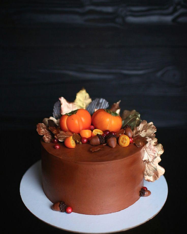 Осенний торт. Внутри классический красный бархат. Торт покрыт кремом украшен золотыми листьями из шоколада, хурма, желуди из крема. Автор Instagram.com/piro_jenka