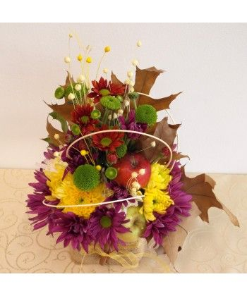 Daruieste si surprinde cu un aranjament deosebit in stil rustic de toamna din crizanteme colorate, mere si accesorii in cutie cadou imbracata in rafie