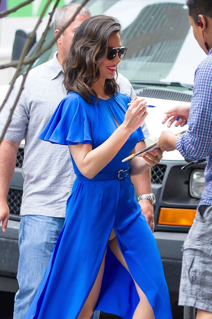 Olivia Munn's wardrobe malfunction in striking blue dress ...
