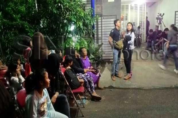 Kesibukan di Rumah Duka Menanti Jenazah Olga Syahputra  http://lifestyle.sindonews.com/read/982256/166/kesibukan-di-rumah-duka-menanti-jenazah-olga-syahputra-1427472687