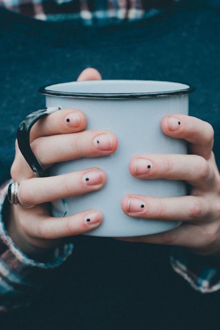 Cet été, osez les ongles minimalistes en 10 manucures