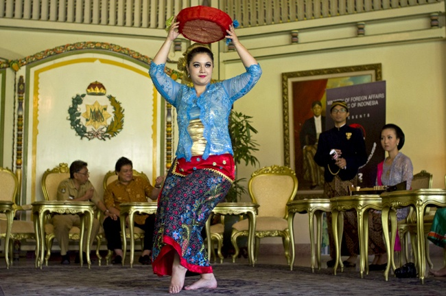 """An Indonesia Arts and Culture Scholarship winner from the Czech Republic performing a dance from East Java during the """"Indonesian Channel 2012"""" event at the Sultan's Palace in Solo, Central Java, on July 10, 2012. (Antara Photo/Andika Betha)."""