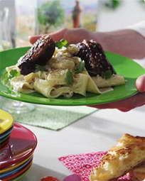 Grillet andebryst og pasta med cremede asparges