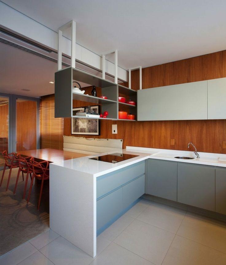 Graue Küchenschränke und weiße Arbeitsplatte