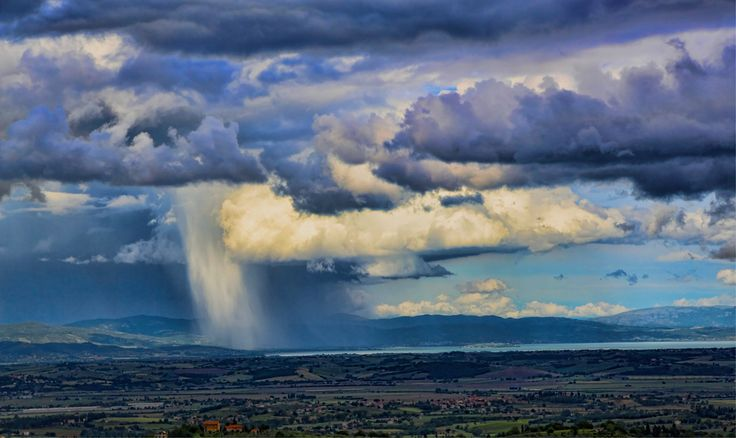 Rainfall over Lago Trasimeno in Umbria, Italy | www.regioneumbria.eu