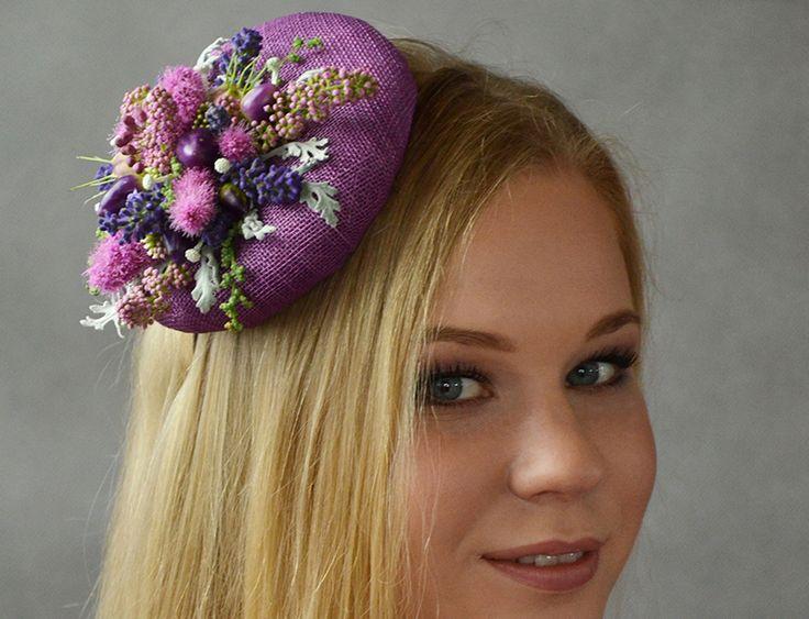 Oryginalna i nietypowa ozdoba ślubna do włosów - toczek w kolorze fioletowym ze zdobieniami z suszonych kwiatów!  Dostępna w Madame Allure.