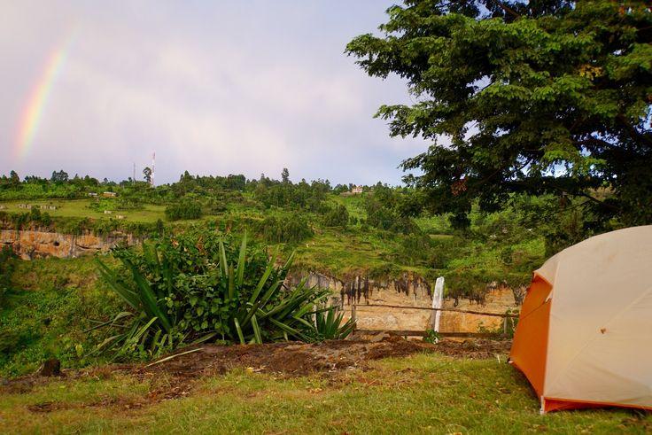 Teltplads med udsigt til det største af de tre vandfald i Sipi.