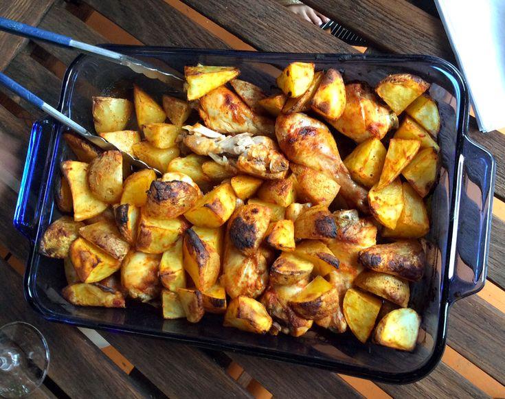 Telle que vue lors du 9ème épisode de Bob le Chef LIVE, voici la recette de poulet à la portugaise cuisinée par Bob le Chef et sa maman, Céline.