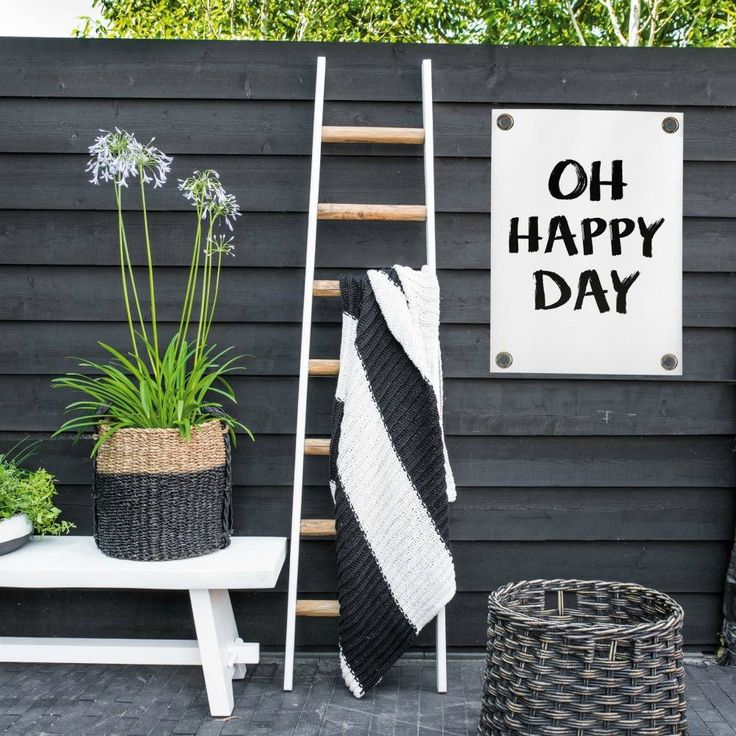 Oh happy day, oh happy day.. Je wordt al 'happy' als je naar deze gave tuinposter kijkt nietwaar? De poster is gemaakt van kunststof vinyl en is voorzien van me