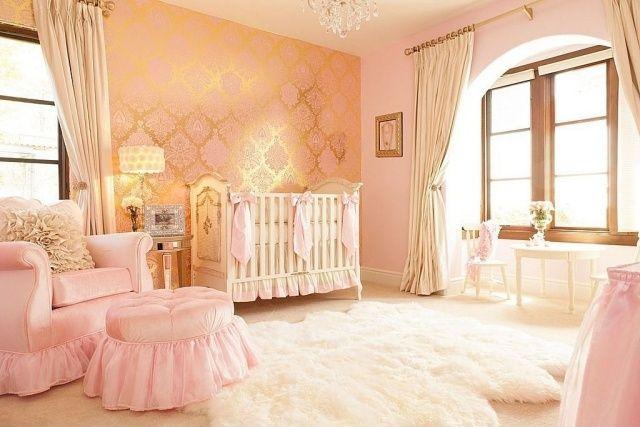 une chambre bébé fille en rose avec un tapis shaggy blanc et duveteux